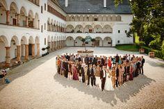 Hochzeit Manuela & Michael Standesamt Grieskirchen - Landschloss Parz Gruppenbild im Innenhof von Schloss Parz