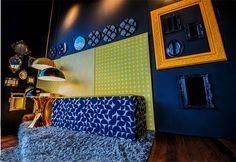 A ambientação criada pela designer de interiores Ana Castro foi inspirada em sua mais recente visita à Milano Design Week. Os tons escuros e os detalhes dourados transmitem brilho e vivacidade, enquanto o jogo de espelhos imprime ao ambiente uma atmosfera intimista. #espacoeforma #decoracao #decor #decoration #design #designdeinteriores #interiordesign #gold #golden #mirror #anacastro #espaçoeforma #espaço e forma