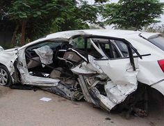 बैतूल, 20 अप्रैल (वार्ता) मध्यप्रदेश के बैतूल के पास आज तडके एक लग्जरी कार के पेड से टकरा जाने के कारण दूल्हे के भाई समेत चार लोगों की मौत �