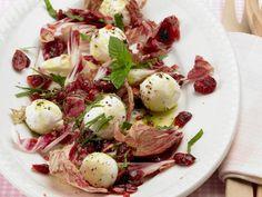 Radicchio mit Ziegenkäsebällchen | Kalorien: 271 Kcal - Zeit: 20 Min. | http://eatsmarter.de/rezepte/radicchio-mit-ziegenkaesebaellchen