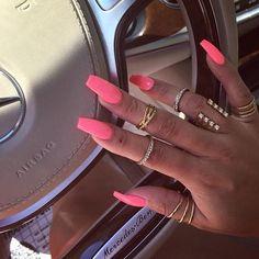 #nails#nail#nägel#manicure#preto#branco#naglar#nailie#maniküre#nailpolish#smalto#unha#essie#unghie#nailtech#ネイル #longnails#nechty#nehty#paznokcie#almondnails#frenchnails#negler#naels#nailart#notd#glitter#nailporn#ناخن#爪