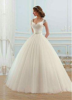Sencillo y bonito vestido, falda d tul, me encanta el.detalle d los hombros ☺