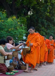TAK BAT (Luang Prabang, Laos) – Buddhist monks morning collection of food Buddhist Monk, Luang Prabang, Southeast Asia, Laos, Couple Photos, Collection, Couple Shots, Couple Pics