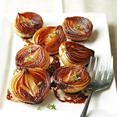 As these onion halves cook the balsamic mixture becomes syrupy and caramelizes the onions giving them a bronzed caramel color and a luscious rich flavor. The post Caramelized Balsamic Onions appeared first on Tasty Recipes. Side Dish Recipes, Vegetable Recipes, Vegetarian Recipes, Dinner Recipes, Healthy Recipes, Onion Side Dish Recipe, Cheap Recipes, Healthy Breakfasts, Delicious Recipes