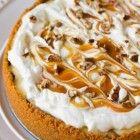 De combinatie van appel en karamel is zo'n vanzelfsprekend gelukkig huwelijk tussen twee zo geliefde smaken dat we ze in welke gebakken vorm dan ook m...
