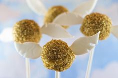 If you love Harry Potter, raise your hand! Meghan and I clearly do. Meghan made these adorable golden snitch cake pops and I can't take one ounce of the credit, except for the photo! These were made with gluten-free cake mix, but you can use whatever type of cake you'd like.Golden Snitch Cake…