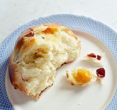 Hahó húsvét! 1.: Aszalt gyümölcsös minikalács - édesem Breads, Breakfast, Food, Bread Rolls, Morning Coffee, Essen, Bread, Meals, Braided Pigtails
