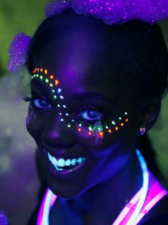 Blacklight Face Paint Ideas by William Boyd Glow Party, Glow In Dark Party, Party Make-up, Neon Painting, Light Painting, Painting Tips, Pintura Facial Neon, Diy Halloween Costumes For Kids, Costumes Kids
