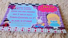 Convite Alice No País das Maravilhas. Realizamos outras artes caso deseje!    Pedido mínimo de 20 unidades.    O convite é impresso em papel fotográfico de 240g acompanha envelopes (azul claro, lilás, roxo, rosa, amarelo ou branco) e adesivos para fechar.    A arte será enviada por e-mail após en...