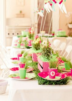 Cute way of setting the table for a party. Super simple yet adorable and so fresh!
