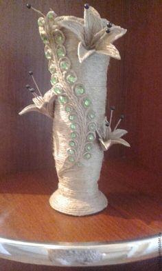 Купить или заказать ваза из джута в интернет-магазине на Ярмарке Мастеров. Керамическая ваза и плетение из джутовой веревки,также лепестки на вазе сделаны из светлого джута а сома ваза из темного также можно сплести и сделать на оборот на изделие этой вазы ушло полных три дня но её красота этого стоила. Спасибо вам пишите заказывайте будем рады выполнить ваш заказ !