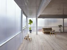 サポーズデザインオフィスによる半透明のプラスチックの壁でできた藤垂園の住宅