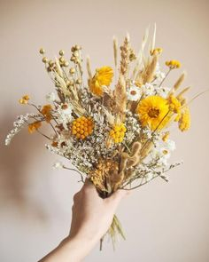How to make a bouquet of dried flowers? – My General Store tutorial - Modern Floral Wedding, Wedding Bouquets, Wedding Flowers, Dried Flower Bouquet, Dried Flowers, Yellow Flowers, Beautiful Flowers, Making A Bouquet, Deco Floral
