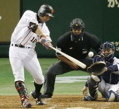 Coming through in the clutch: Giants catcher Shinnosuke Abe hits a run-scoring double in the fourth inning against the Swallows on Saturday at Tokyo Dome. Yomiuri defeated Tokyo Yakult 7-4.