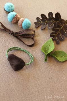 I love the felt acorns and leaves, these are so adorable! | Autumn Acorn Napkin Rings for Thanksgiving #DIY