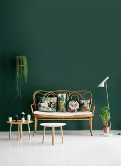 Mooie groene muur! Combineert met mooi vintage, hout, planten, strakke witte vloer, koper