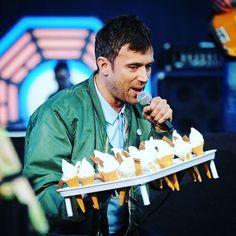☆ ソフトクリームいかがですか~?? ↓ #DamonAlbarn #blur #blurband #gorillaz #britpop #alternative #electronica #rock #band #music #musiclover #UKrock #Britishmusic #musician #softcream #icecream #icecreamman #magicwhip #デーモンアルバーン #ソフトクリーム #ブラー  #ゴリラズ #ブリットポップ #模糊 #魔鞭