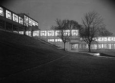 Ecole d'Ulm (1946-68) aborda en Allemagne le thème de la grande série en élaborant une didactique reposant sur des méthodes scientifiques, sur des règles ergonomique et sur une réduction formelle draconienne des produits, contribuant à restituer à l'Europe traumatisée la confiance dans les certitudes de la modernité, de la raison et de la démocratie.