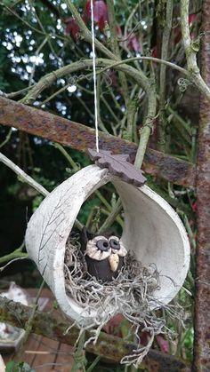 Diese Eule sitzt schön gemütlich in einem Blätternest...Hänger fürs Fenster... oder an einem Zweig im Garten oder auf dem Balkon,Terrasse hängend auch sehr dekorativ... Modelliert aus dunklem und...