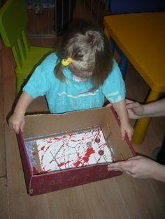 Verven met knikkers/balletjes. Leg een vel papier in een doos, doe er een paar klodders verschillende kleuren verf in, een knikker en laat kinderen met de doos heen en weer bewegen tot het gewenste schilderwerk is gecreëerd!