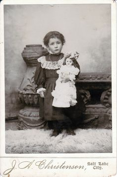 The little girl looks like a little doll Someone thought Big was Better here . Vintage Children Photos, Vintage Girls, Vintage Pictures, Vintage Images, Time Pictures, Old Pictures, Old Photos, Rare Photos, Victorian Dolls