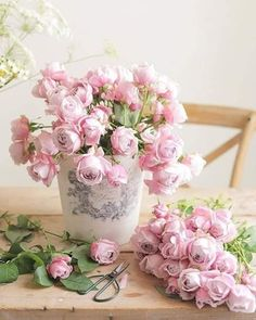 Flowers and Gardens Shabby Flowers, Pink Flowers, Beautiful Flowers, Bunch Of Flowers, Flowers Nature, Beautiful Beach, Frühling Wallpaper, Flower Wallpaper, Beautiful Flower Arrangements
