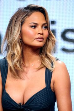 Chrissy Teigen Medium Wavy Cut - Chrissy Teigen looked lovely with her piecey waves at the 2015 Summer TCA Tour.