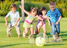 Развиваем внимание с помощью подвижных игр. В теплое время года, когда дети так много времени проводят на улице, бегают и прыгают, можно предложить им поиграть в интересные игры на развитие внимания. В некоторые из этих игр можно играть и дома, но в веселой компании друзей соревноваться гораздо интереснее!