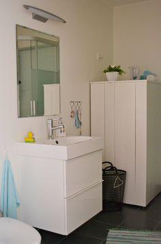 Kle inn varmtvannstank, 2 vegger, 3 regulerbare foter, kan flytte veggen ut fra tanken ved behov.