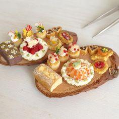 羊と小鳥がお気に入り。笑 そしてこのタルトのデザインもお気に入り\(^o^)/カップケーキにはちょうちょがのっていまーす。ヤフオク出品しています♩#ミニチュアフード#ミニチュア#ハンドメイド#ドールハウス#食品サンプル#miniaturefood #miniature #handmade #dollhouse
