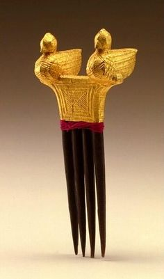 Africa | Hair comb. Baule peoples, Ivory Coast | Early to mid 20th century | Wood, gold leaf and thread