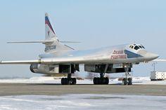 https://upload.wikimedia.org/wikipedia/commons/9/9b/Tupolev_Tu-160_Naumenko-2.jpg
