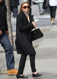 OLSENS ANONYMOUS MKA MARY KATE ASHLEY OLSEN FASHION STYLE BLOG NEW YORK CITY MEETINGS WET HAIR ROUND TORT SUNGLASSES LONG JACKET HIGH NECK COLLAR THE ROW BAG BLACK PANTS CROC LOAFERS FLATS