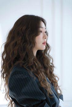Curly Asian Hair, Korean Long Hair, Short Curly Hair, Wavy Hair, Asian Hair Perm, Medium Hair Styles, Curly Hair Styles, How To Curl Short Hair, Voluminous Hair