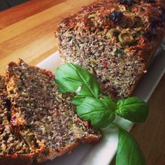 Proteinbread with dried tomatoes, green olives and fresh basil