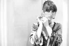 Dans les coulisses de Cannes jour 7 Milla Jovovich dans sa suite dans une Robe Louis Vuitton http://www.vogue.fr/sorties/on-y-etait/diaporama/dans-les-coulisses-de-cannes-jour-7/13386/image/756688