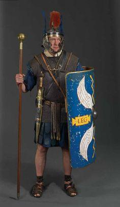 Optio - nižší důstojník, ekvivalent poručíka. Každý centurion měl jednoho jako zástupce ve velení. Charakteristickými znaky jsou hlavně dvě pera na stranách přilby a hůl (na vyrovnávání vojáků). Případně také středový souběžný chochol.