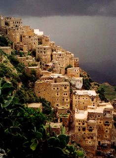 YEMEN, A MOUNTAIN SIDE VILLAGE