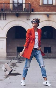Women Blazer Ideas for Casual Spring Look - Women blazer seems in season. If you're pursuing a more casual dashing look for this nice springtime, stash more of them in your wardrobe. Mode Outfits, Jean Outfits, Trendy Outfits, Fall Outfits, Fashion Outfits, Womens Fashion, Mode London, Blazer Outfits Casual, Orange Blazer Outfits