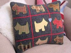 Scottie Dog Pillow with instructions Applique Cushions, Sewing Pillows, Wool Applique, Fabric Crafts, Sewing Crafts, Sewing Projects, Sewing Ideas, Sewing Patterns, Patch Quilt