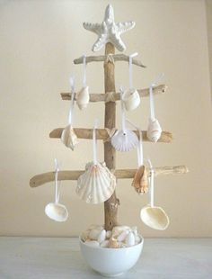 Check Out 27 Impressive Beach Christmas Decor Ideas. Beach or coastal Christmas is a rather non-typical thing, unusual and original. Seashell Crafts, Beach Crafts, Diy And Crafts, Seashell Projects, Seashell Ornaments, Seashell Art, Tree Crafts, Summer Crafts, Paper Crafts