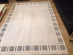 Handgeweven vloerkleed voor maar €500 .. Winkel prijs €2000Handgeweven wit grijs van kleur.Merk: HiMALAYA TiBETAN CARPETik adverteer een groot en een klein in totaal 2 stukken vloerkleden.De afmetingen zijn:Groot: (209cm-292cm)     Klein: (157cm-91cm)Kort gebruiktik heb het nog pas laten wassen aan de tapijtreinigers.Hij is klaar voor gebruik.Het is een moderne tapijt.U zal heel erg tevreden zijn.Mijn woonplaats is Rotterdam Als je intresse hebt pin it