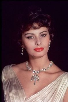 Happy birthday to one of the most beautiful actresses in film history, Sophia Loren ❤️🎉 Old Hollywood Glamour, Vintage Glamour, Hollywood Stars, Classic Beauty, Timeless Beauty, Most Beautiful Women, Beautiful People, Loren Sofia, Princesa Grace Kelly