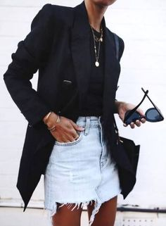 Long blazer noir + jupe en jean destroyed = le bon mix (photo Andi Csinger) Long black blazer + Denim skirt destroyed = the good mix (photo Andi Csinger) Blazer Outfits Casual, Denim Outfit, Casual Summer Outfits, Cool Outfits, Long Black Blazer, Black Denim, Edgy Style, Casual Street Style, Classy Style