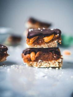 Snickers-raakaneliöt (V, GF) – Viimeistä murua myöten Nut Recipes, Gourmet Recipes, Dessert Recipes, Healthy Recipes, Desserts, Sorbet Ice Cream, Snickers Bar, Raw Cake, Vegan Baking