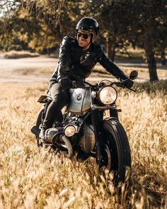 All About Looking Rad. We like to share with you the raddest looks and accessories we can find from the internet. Cafe Racer Style, Cafe Racer Bikes, Cafe Racer Motorcycle, Bike Style, Motorcycle Style, Motos Bmw, Honda Scrambler, Bmw R100, R80