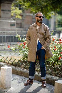 2017-11-25のファッションスナップ。着用アイテム・キーワードはコート, サングラス, シャツ, ステンカラーコート, デニム, モカシン, Tシャツ,Timberlandetc. 理想の着こなし・コーディネートがきっとここに。  No:239267
