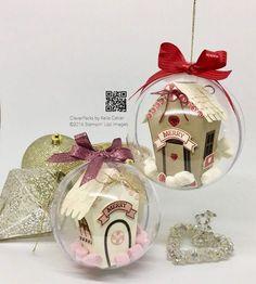petites maisons dans des boules de Noel