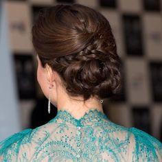 Este recogido es uno de nuestros favoritos... Moño trenzado con raya ladeada con vestido de Jenny Packham. ¡Espectacular!