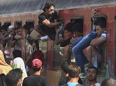 In Mazedonien versuchen täglich Menschen in völlig überfüllte Züge zu kommen, die sie in die EU bringen sollen
